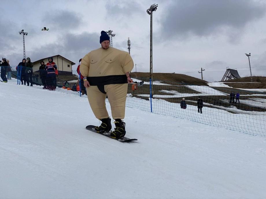 На лыжах – в воду: зимний сезон в Ленобласти закрыли экстремальным карнавалом