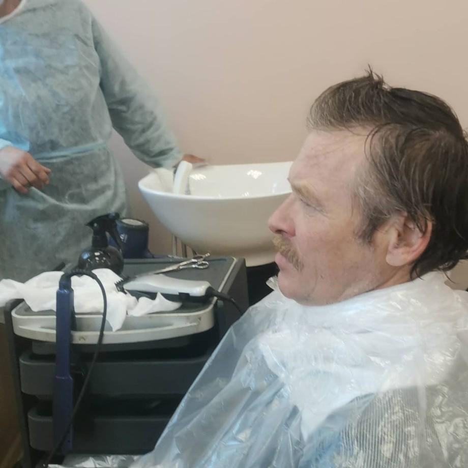 После стрижки нам говорят: «Да какие же они бездомные?» Как работает первая в России социальная парикмахерская