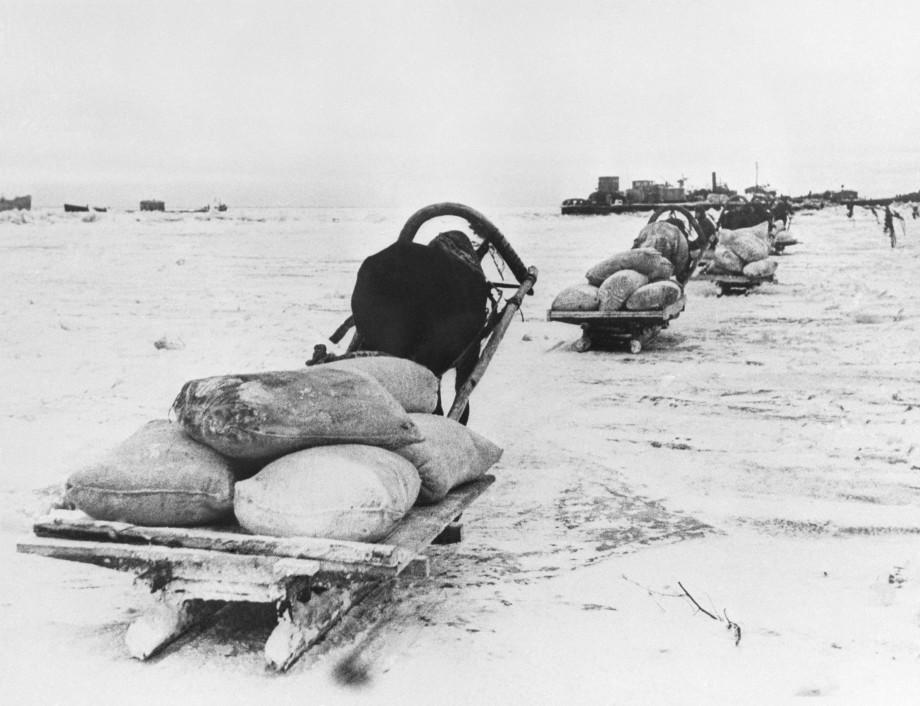 «Немец обстрелял первую машину, и она ушла под лед»: как Дорога жизни спасала жизни ленинградцев