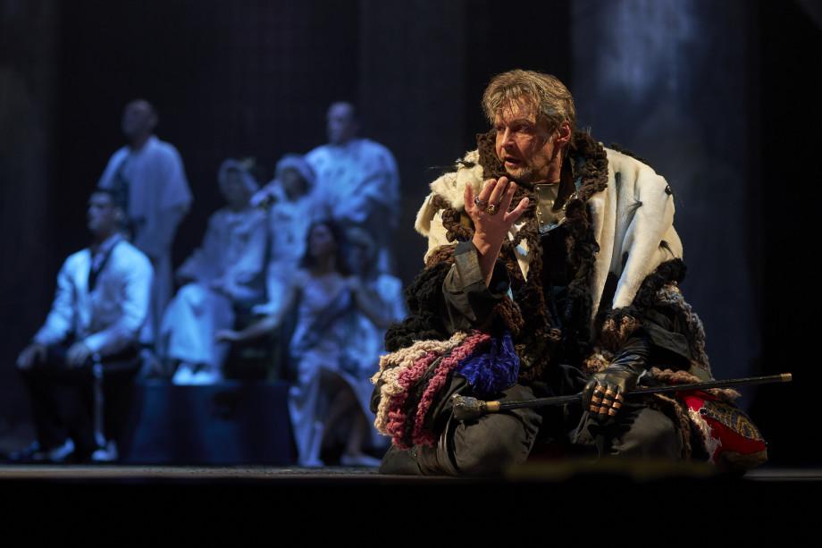 «Как сдержать корону?» «Ричард III» в Театре им. Моссовета – притча-размышление о жажде власти