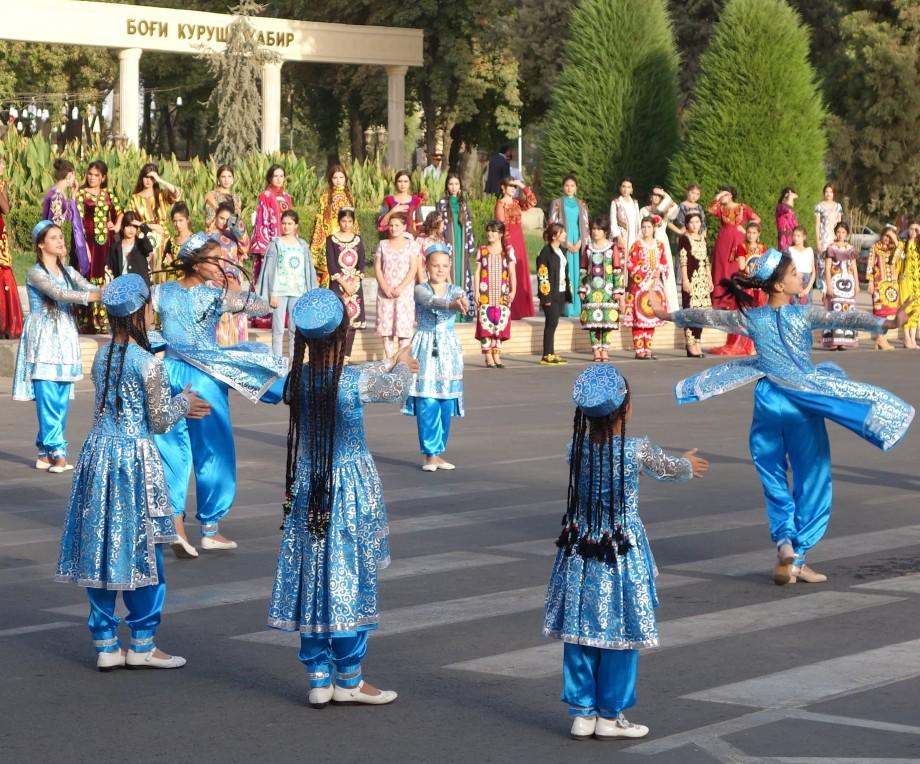 Песнь о локоне: на конкурсе красоты в Таджикистане победила женщина с волосами длиной 190 см