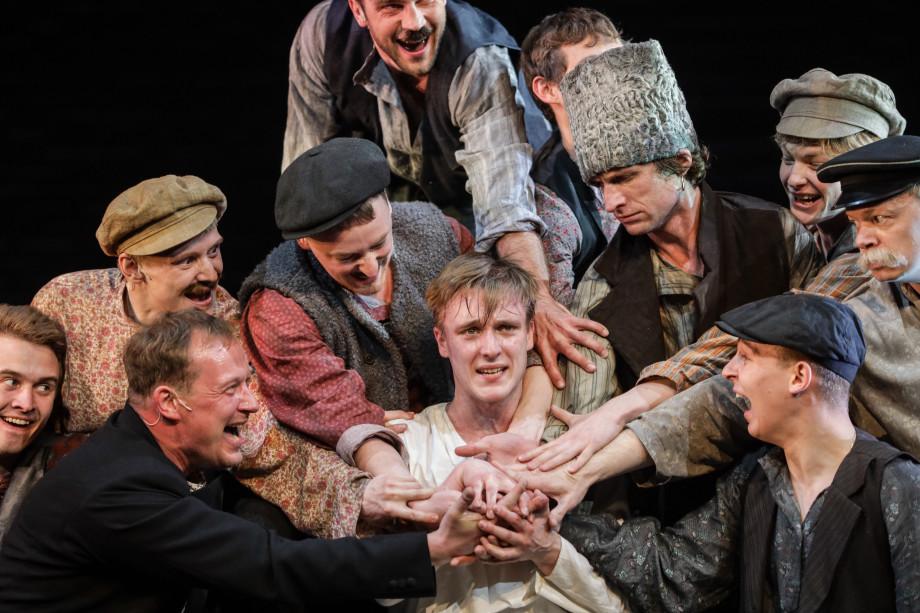 «Да пропади она пропадом эта война...» В театре Олега Табакова возродили спектакль «Страсти по Бумбарашу»