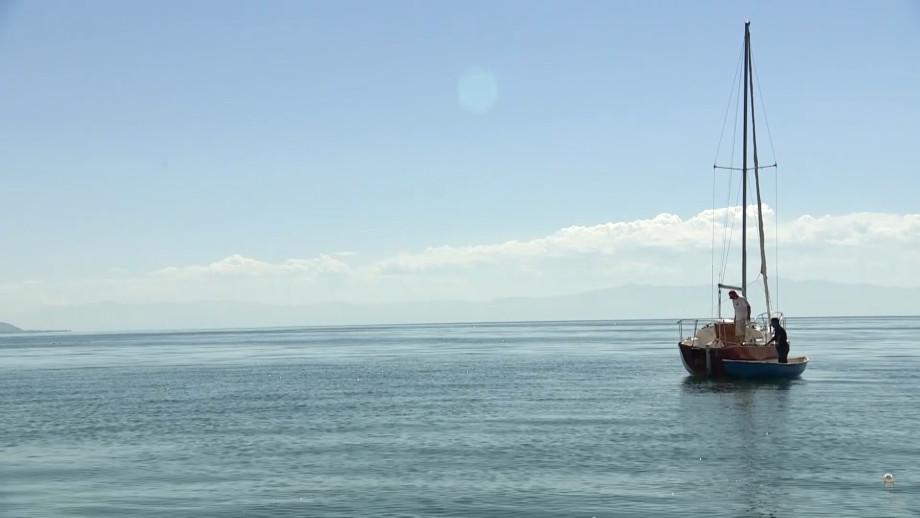 Туристы со всего света приезжают в Армению полюбоваться красотами озера Севан