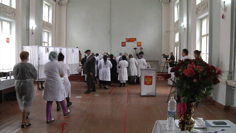 Избиратели в белых халатах: сотня медиков прошла от больницы к участку в селе Заюково