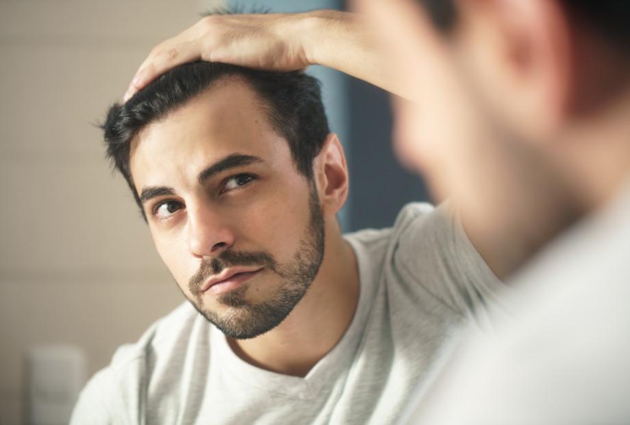 «Ни в коем случае нельзя заниматься самолечением»: почему выпадают волосы и как это остановить?
