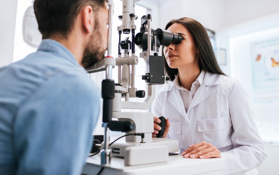 «Сначала проходит бессимптомно, а потом приводит к слепоте»: как предотвратить заболевания сетчатки и сохранить зрение?