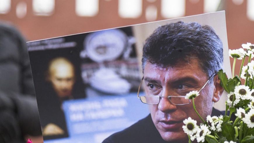 Активист движения SERB подрался с юристом Ильей Новиковым из-за таблички Немцову— RTVi