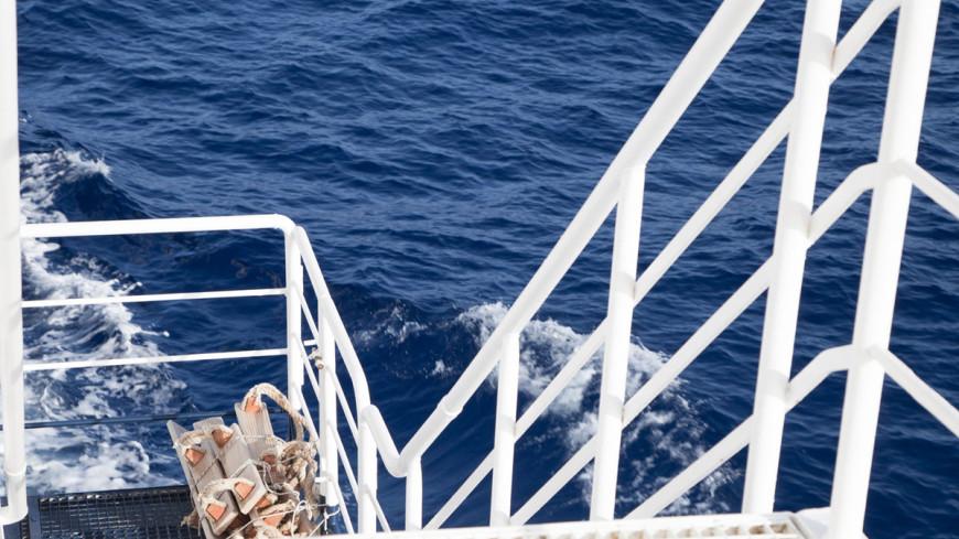Пожар в море: экипаж «Новоульяновска» доставят в Магадан