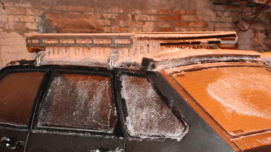 В Екатеринбурге из-за прорыва трубы к асфальту примерзли авто