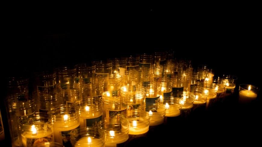 В разрушенной школе Беслана зажглись поминальные свечи