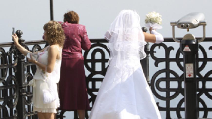 Невеста вывихнула челюсть, кусая свадебный каравай