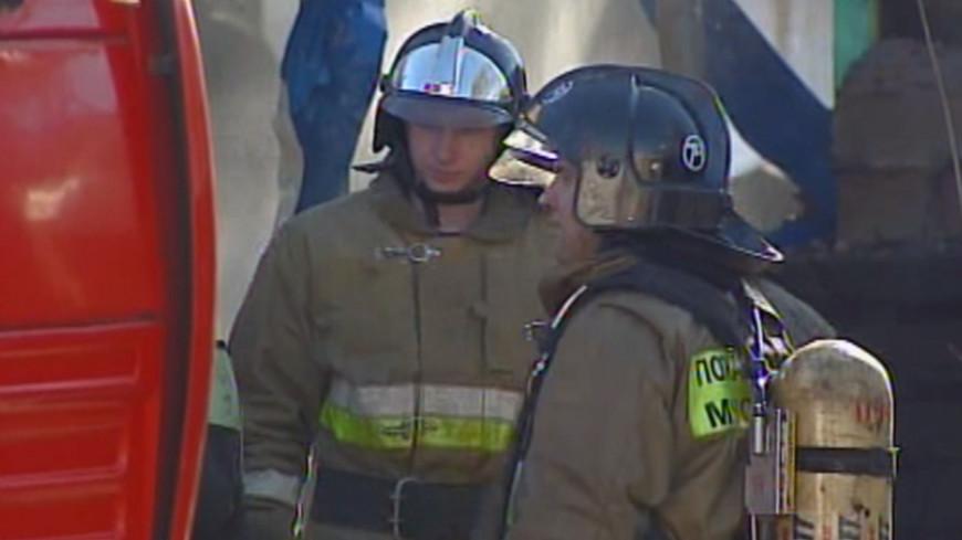 В Донецке снаряд попал в жилой дом: горит крыша здания