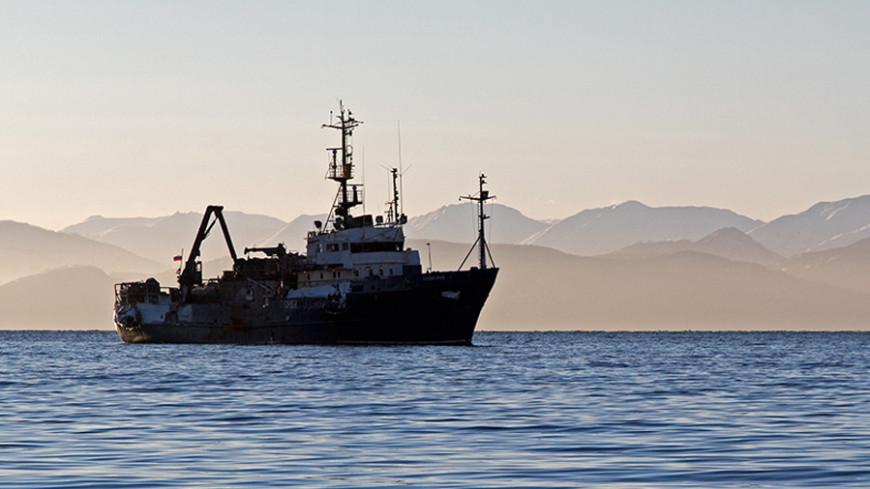 Три корабля отправили на поиски моряков затонувшего траулера