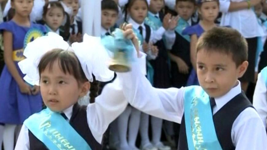 Первоклассникам в Казахстане подарили книги от имени президента
