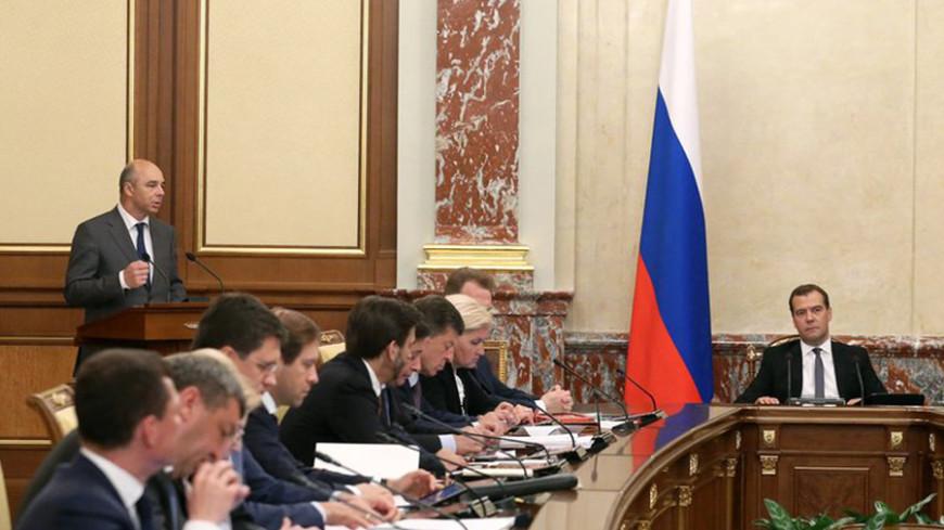 Медведев поручил Шувалову следить за валютным рынком