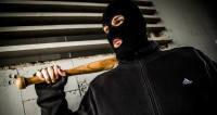 Фанаты в черных балаклавах уничтожили варшавское кафе
