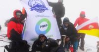 Флаг «Мира» развернули на вершине легендарного Казбека
