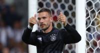 Футболиста Лукаса Подольски записали в нелегальные мигранты