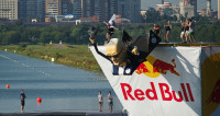 Рожденные летать падали в воду: в Москве запустили нелепые самолеты