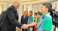 Мирное небо: Лукашенко подарил сирийским детям книги и конфеты