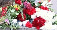 Траурная Испания: цветы к месту трагедии несут и днем, и ночью
