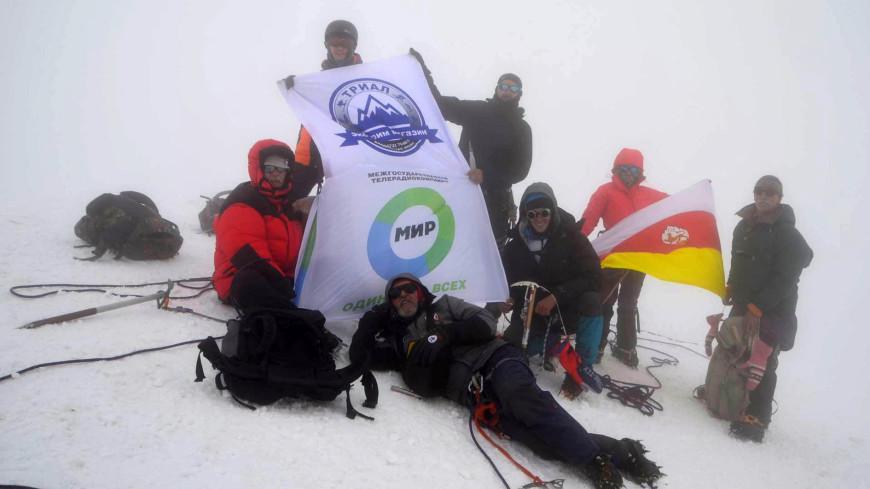 Флаг «Мира» на Казбек подняли участники «исторической» экспедиции