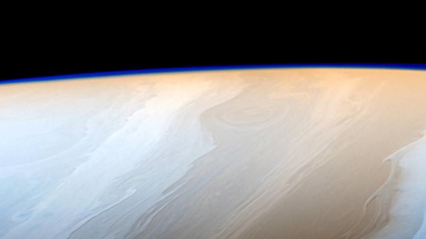 NASA показало редкие кадры затмения на Сатурне