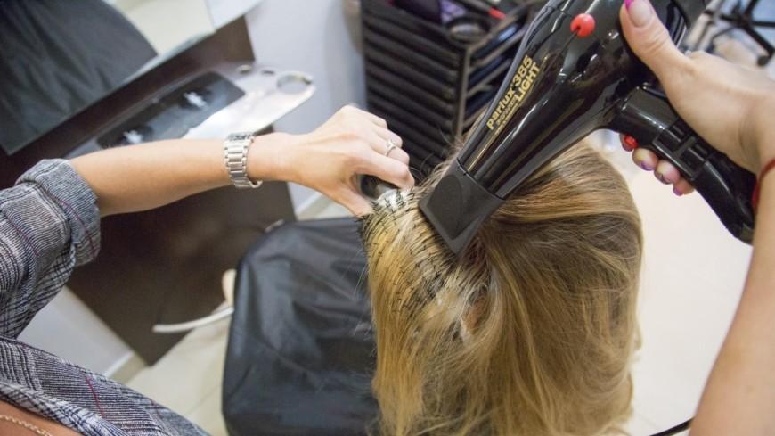 Ученые: Естественная сушка волос вредит больше фена