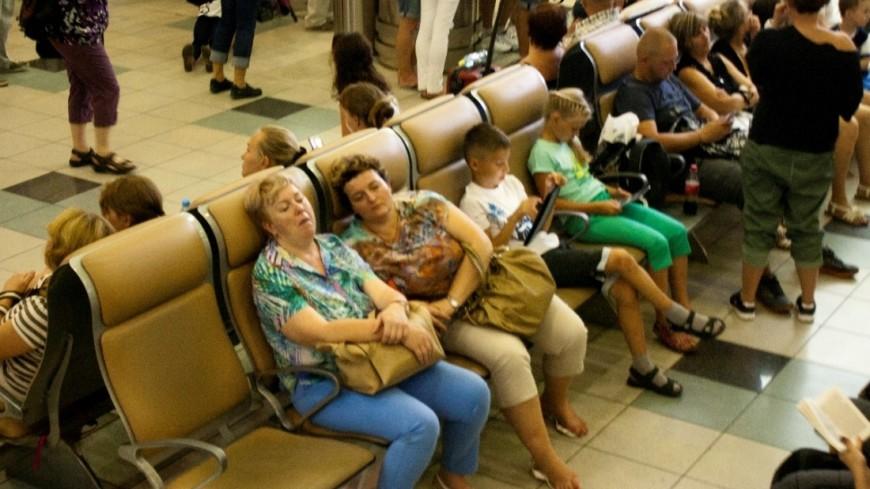 Сменил гнев на милость: минтранс разрешил ложиться на пол в аэропортах