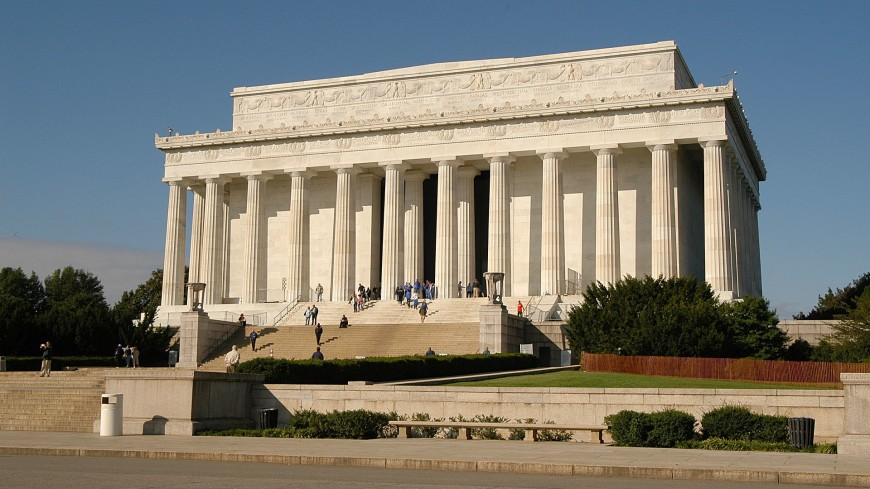 Вандалы осквернили Мемориал Линкольна в Вашингтоне