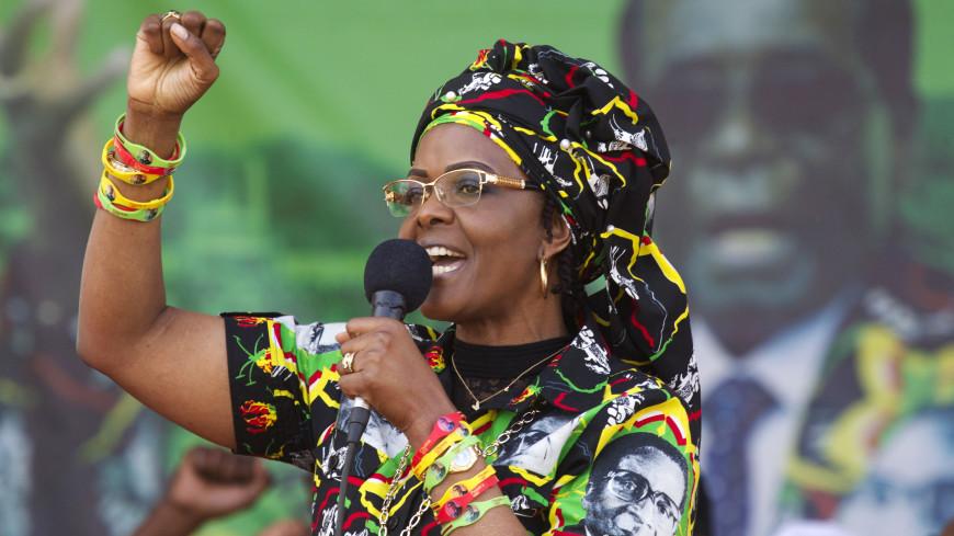 Инцидент с удлинителем: жена Мугабе вернулась в страну из-за скандала