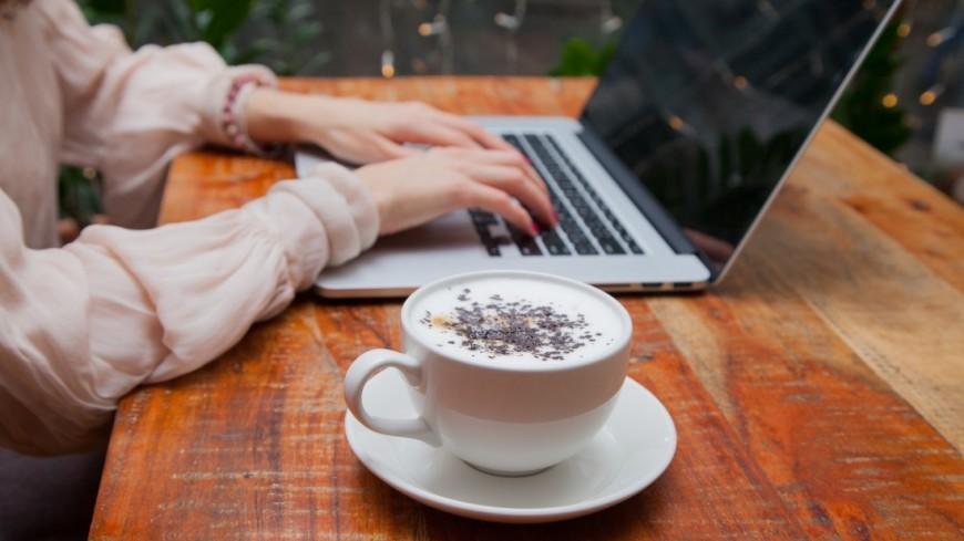 Капучино,кофе, капучино, латте, девушка, завтрак, компьютер, ноутбук, работа, ,кофе, капучино, латте, девушка, завтрак, компьютер, ноутбук, работа,