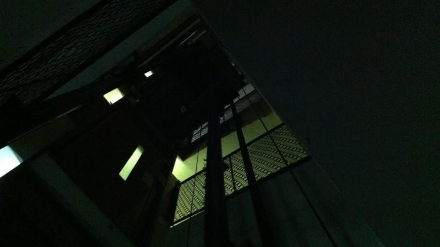 В Подмосковье рухнул лифт с женщиной и ребенком