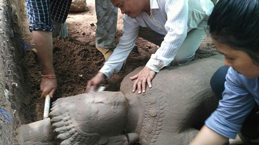 В Камбодже археологи нашли двухметровую статую-охранника