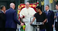 Вместо папамобиля: в Бангладеш Франциск прокатился на велорикше
