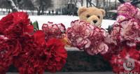 К «Славянскому бульвару» после трагедии с автобусом несут цветы