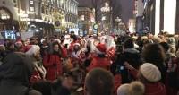 Флешмоб телеканала «МИР»: центр Москвы заполонили Деды Морозы