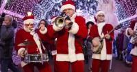 Парад волшебников: Деды Морозы принесли первый снег в Нью-Йорк