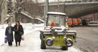 Более полутысячи рабочих расчищают столичные мосты от снега