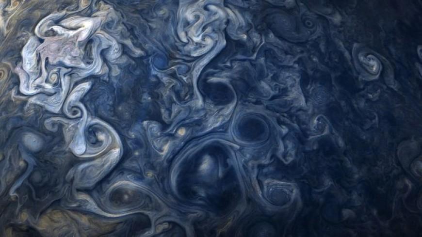 NASA удивило землян необычными юпитерскими облаками