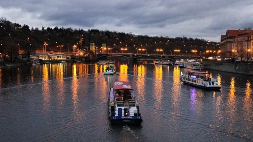 В Праге 33-летний мост с людьми рухнул в реку