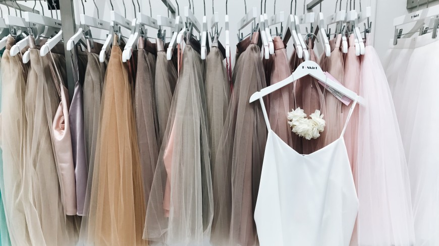 Платье-плиссе, юбка в перьях и серьги-кисти: пять стильных образов для Нового года