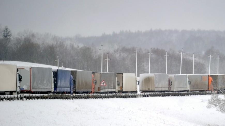На Военно-Грузинской дороге скопилось около 200 фур: виноват снегопад