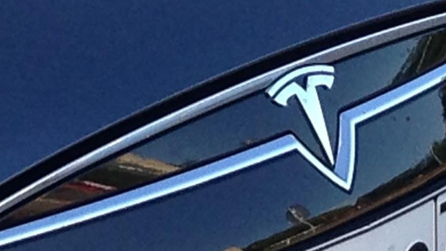 На онлайн-аукцион выставили первый лимузин Tesla