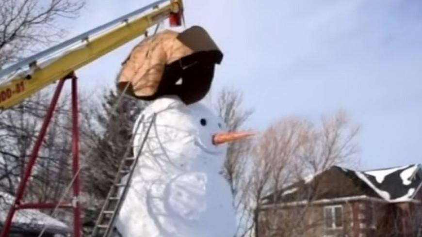 Семья в Канаде за три недели слепила снеговика-гиганта