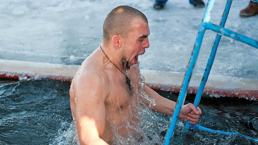 Зимний заплыв: в Минске соревновались пожилые и юные «моржи»