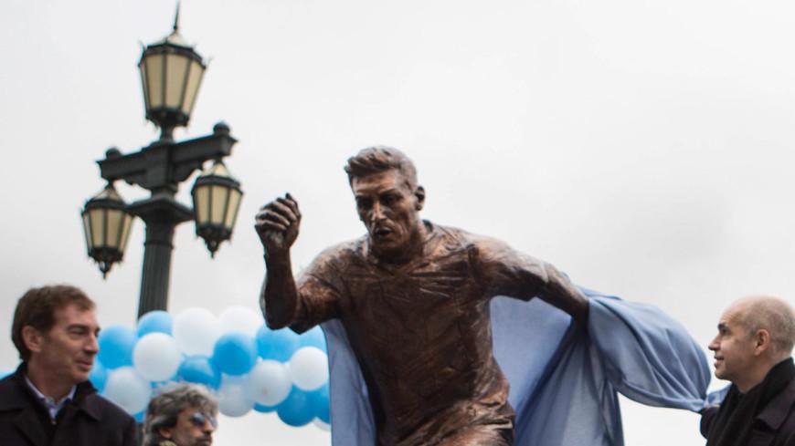 Вандалы распилили статую Месси в Буэнос-Айресе