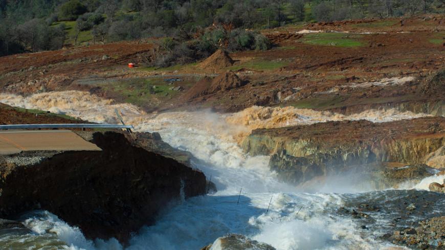 Девятый вал обрушился на Калифорнию: власти ввели режим ЧП