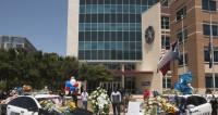 Бойня в Далласе: в память об убитых появился стихийный мемориал