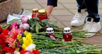 Поклонники Владимира Зельдина несут цветы к театру Российской Армии